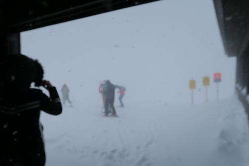 1度中腹で乗り換えて山頂へ! あぁ・・・吹雪いてる・・・