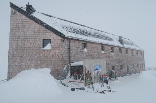 山頂からピステ1コースを滑って直ぐにある山小屋!