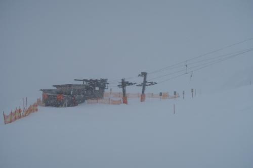 ゲレンデ中腹2,200m地点までなんとか降りてきました。ちょっと視界が開けてきましたねー!