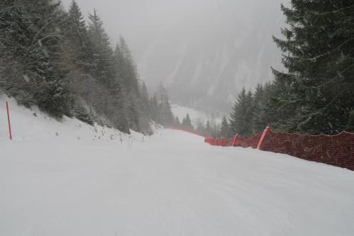 ゲレンデトップは吹雪・・・強風でカリカリ。写真のある下山コースはカリカリのコロコロ雪で滑りにくい・・・