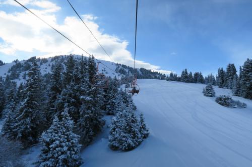 さらに上へ登ります。右のコースは中級コースで圧雪もしっかりされています。
