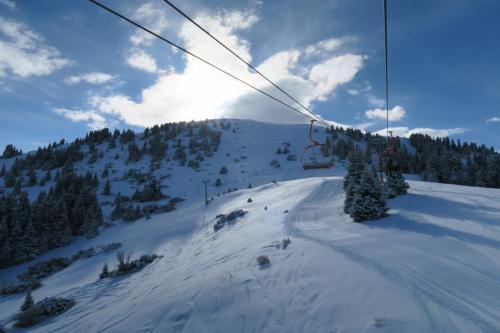 中腹まで行くリフトの終点が近づいてきました。<br />山頂へ行くには左端にあるリフトに載らないといけません。
