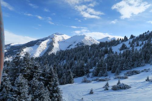 こちらはスキー場の東にある山ですが、こちらも名前がわかりません。