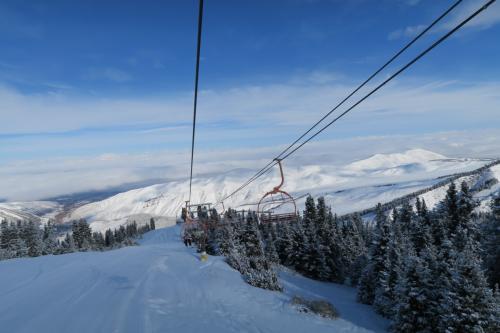 中腹部から振り返るとあの綺麗な形の山が!中央アジアは丸みを帯びた柔らかい山があって、それに雪が被るととてもやさしい景色が広がります。