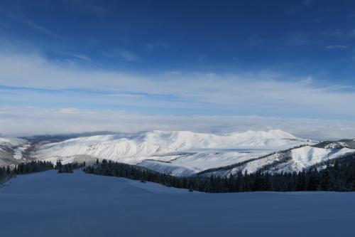 こちらはコースから見ています。中央は平原に雪がかぶっていますね!