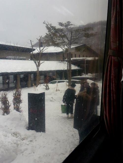 ホテルのチェックアウトタイムは10時まで。<br />新千歳空港空港行きのシャトルバスの時間は10時20分発。<br /><br />9時50分頃フロントに行ったら列ができていた。<br />なんか、女子グループが一人ずつ会計してるんですけど・・・・・。<br />(ファミレスじゃないんだからさ)<br /><br />チェックアウトした後は靴を履かずにそのままロビーで待機。<br />バスの時間になると声を掛けてくれるということだったけど、時間が来ても中々声はかからず、靴を出してくれる気配もない。<br />沖縄時間がゆっくりなのは承知しているからいいけど、北海道もそうなのかしら。<br />