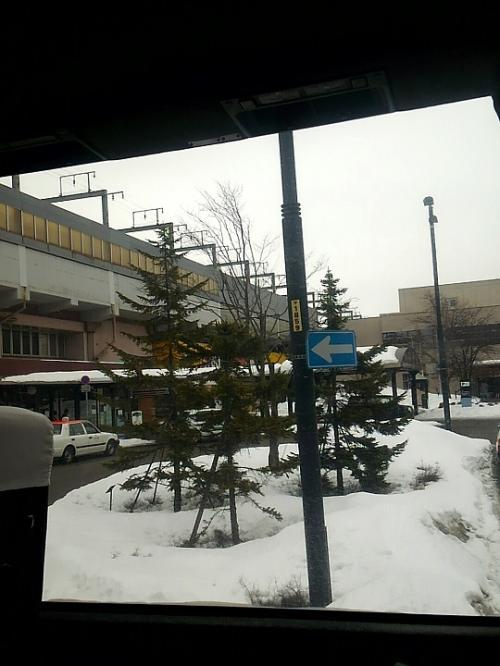 途中、千歳駅に停車しました。<br />降りる人がいたけど、乗る人もいた?!<br /><br />日帰りランチバイキングのお客様のようです。<br />スマホで音出して動画見始めドン引き。