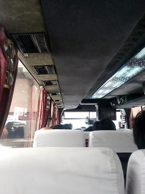バスはシャンデリアが付いた乗車人数少な目タイプ。<br />平日なのに満席です。<br />外国人夫婦が二人+赤ん坊で4人分使ってる・・・。