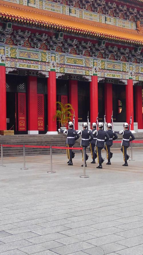 この中と外の門に交代する儀仗兵がいます。