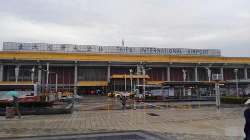 松山機場駅(空港)<br />日本で言えば、成田=桃園、羽田=松山ってところかな?<br />ここから20分くらい歩くと、サニーヒルズ本店に行けます。