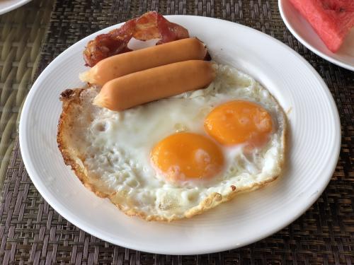 安定の卵2個焼き(笑)<br />オーダーが伝わってなかったとかで、お詫びにベーコンとウィンナーが付いて来た。