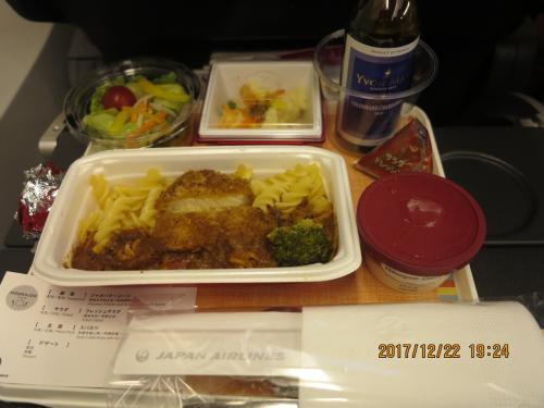 機内食です。夕食時のフライトで楽しみにしていましたが、ハーゲンダッツ以外は、6月に乗った関空上海の中国国際航空の機内食のほうがよかったと思います。