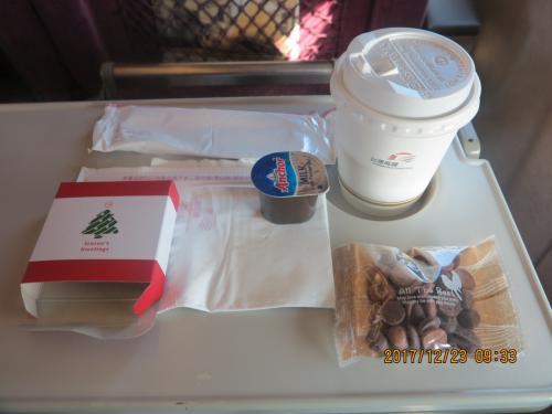 シートサービスのコーヒーとチョコレートです。韓国のKTXの特室でも同様のサービスがありました。