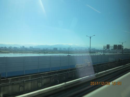 桃園空港MRTの車窓です。桃園空港までは600円程度で日本人の感覚からすれば安いですが、急行でも35分かかり、これまでのバスと所要時間はあまりかわりません。