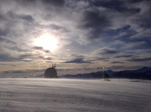 ゲリツィン(ゲルリツェン)の山頂部1,911mです。風が強く雪がコース面を走っています。 コンデジで景色を撮ろうとしたら、あれ?エラーが出る! なんだなんだ?? ま、まさかーっ SDカード入れ忘れてたーっ(涙)