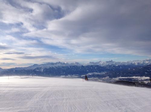 南側の景色です。向こうの山にも小さな(と言っても日本の中規模相当)スキー場があります。 山頂にあるホテルやゲレ食レストランにSDカード売っていないか?聞いたら全滅でした(涙)