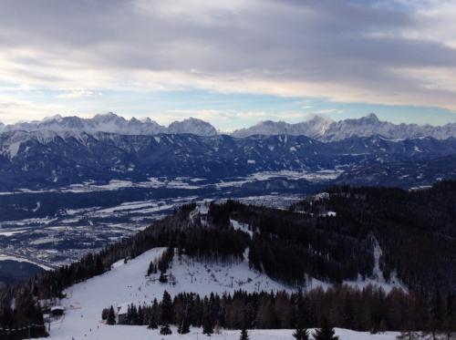 写真だとわからりずらいですが、結構なパノラマ景でした。Sonnearenaabfahrtコースから南を見ています。