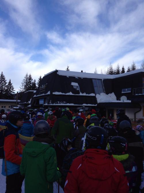 カンゼルエッヘ(1,500m)地点まで戻ってきたら、こんなに並んでます。普通欧州のビッグゲレンデだと6人乗り、8人乗りリフトがあるので、混雑していてもそんない気にならないのですが、この日は風で減速運転、4人乗りの小型リフト、スキースクールたくさん!というのが相まって・・・
