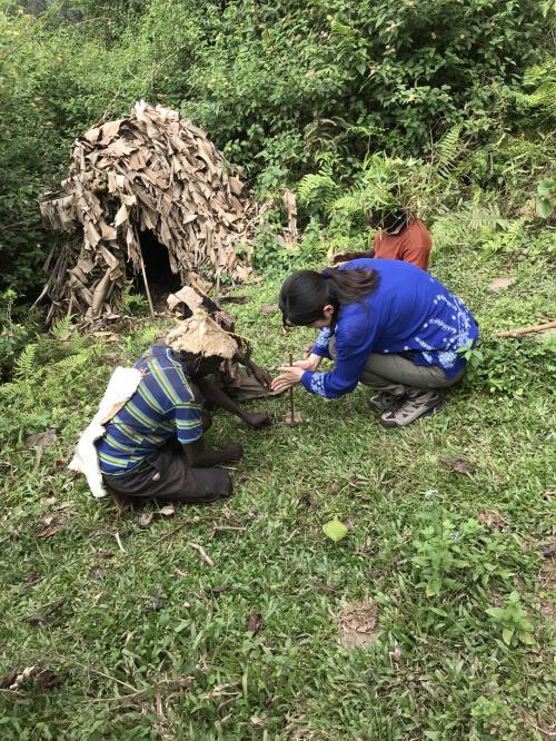 ピグミー族は名前からもわかる通り小柄な人達。<br />今は農業をしながら普通の家に住んでいますが、最近まで山の中で狩りをしながら生活していました。<br />奥にある小屋が伝統的な?お家。<br />火起こしを実演してくれます。参加型です。