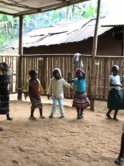 子供達、歌を歌いながら踊ってくれます。<br />キレッキレのアフリカンダンス!さすがです!!