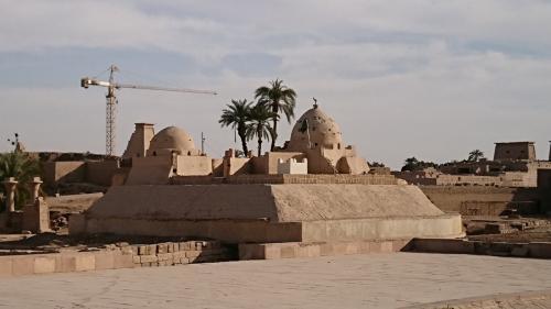 外側からの神殿 修復作業中の所もあります。<br />