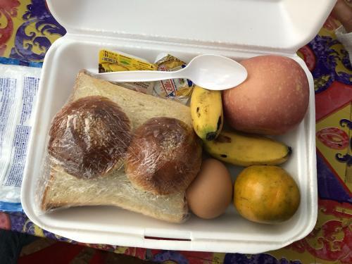 ホテルで作ってくれた朝ごはん弁当。<br />このゆで卵の味が、とても濃厚で美味しかったです。<br />食べきれなかったので、りんごやみかんは物売りの少女たちにあげました。<br />