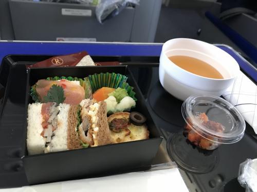 石垣島への直行便が取れなかったので、行きは那覇乗り継ぎです。朝食はサンドイッチとスープでした。
