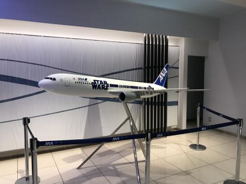伊丹空港のANAラウンジです。入り口にはスターウオーズジェットの模型がありました。