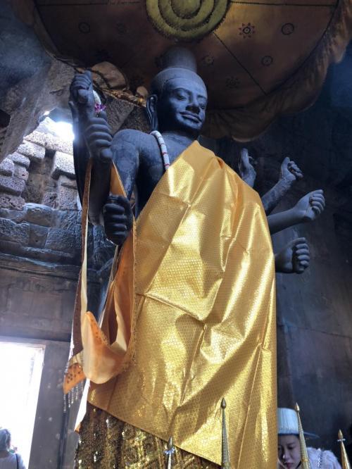 アンコールワットは、今も信心されている現役のお寺なんですよね。<br />このお顔がとても神々しい。