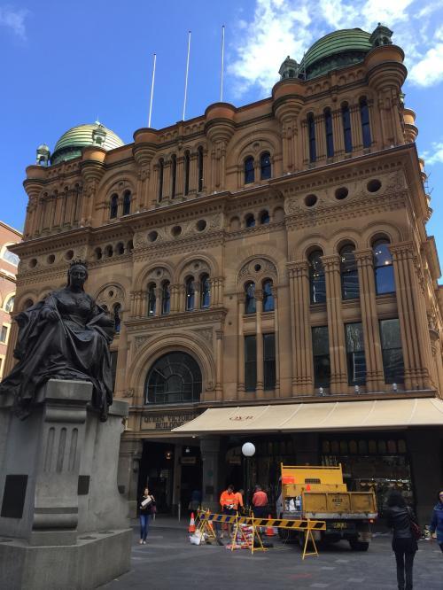 ホテルお向かいのクイーンビクトリア・ビルディングは1898年築。<br />ビクトリア様式でロマンチック。<br />ですが、そこかしこが工事中でうるさいわ埃っぽいわでしっとり鑑賞という感じではなかったです(^^;)