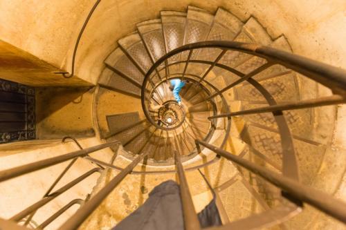 ぐるぐる階段を登ります。