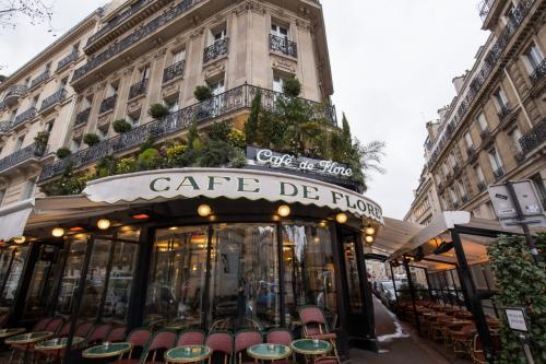 翌日の朝ごはんはサン・ジェルマン・デ・プレにあるカフェ・ド・フロールで!