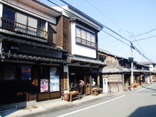 萩焼、古美術などの店があります。