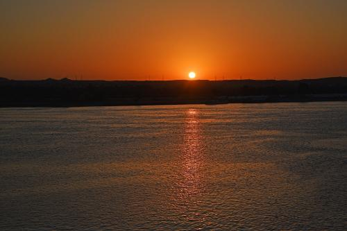 東の空に太陽が昇ってきた。6時41分。<br /><br />(かなりの露出アンダーで撮影)