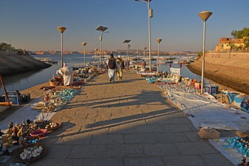 この日の午前中は、フィラエ島にあるイシス神殿の見学となっており、アスワンの小さな船着き場からボートで島に渡ることになっている。7時半頃に着いた船着き場の通路の両側では、露天の土産物屋が開店準備をしていた。
