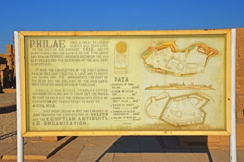この現存する神殿は、プトレマイオス朝時代に建設されその後ローマ時代にわたって増築が行われてきたものであるが、6世紀に東ローマ帝国のユスティニアヌス1世によりフィラエ神殿は閉鎖され、その後は4つのキリスト教会として再利用された。<br /><br />20世紀後半のアスワン・ダムの建設により、半水没状態であったが上流のアスワン・ハイ・ダムの建設を機にユネスコにより1980年、フィラエ島からアギルキア島に移築、保存されることとなった。現在はアギルキア島をフィラエ島と呼んでいる。(ウィキペディアより)<br /><br />午後に訪れることになっているアブシンベル神殿は、世界遺産創成のきっかけとなった有名な遺跡であるが、このイシス神殿も地味ながら【世】アブシンベルからフィラエまでのヌビア遺跡群の一部となっているのだ。