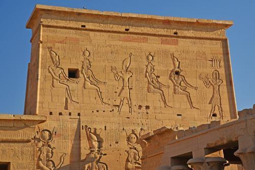 イシス女神に供物を捧げるファラオも、レリーフは鮮やかであるが顔は削られている。後世に、ここを使っていたキリスト教徒の所業だろう。