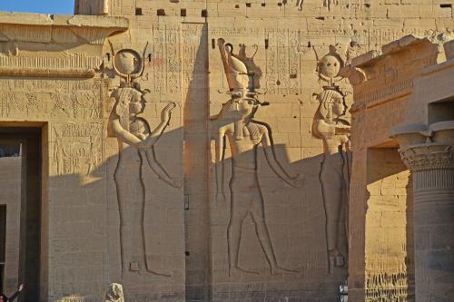 中央はホルス神。