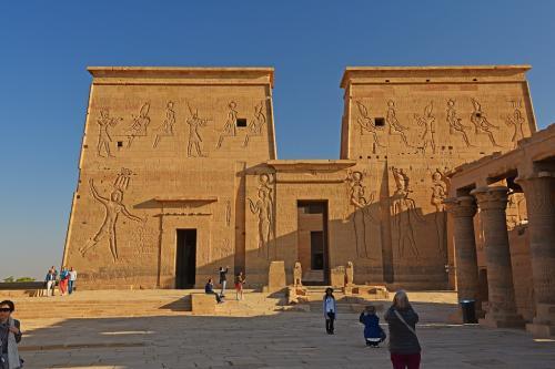 イシス神殿の第一塔門とその右側にある列柱。