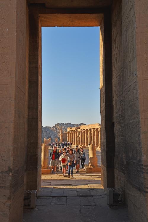 第1塔門を潜って振り返ってみると、列柱と2体のライオン像の後ろ姿が見えている。