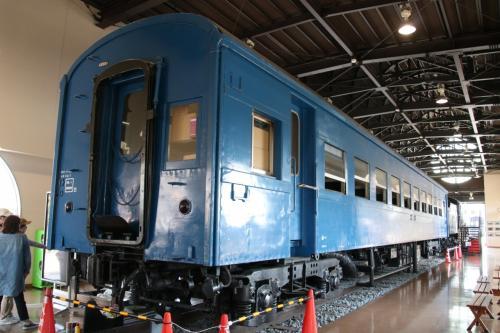 入るとすぐ目の前に旧型客車スハフ4425が展示されています。