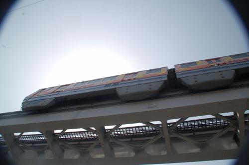 新幹線公園の手前にある歩道橋を降りて上を見上げてみると、大阪モノレール線が走っていた。チキンラーメン号だった。