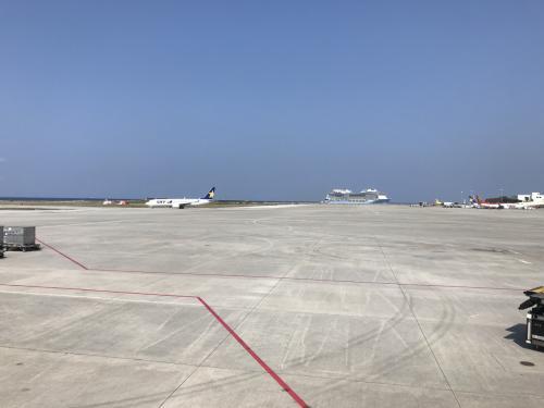 空港の向こうに大きなクルーズ船が停泊中でした。