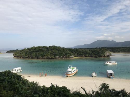 ご飯を食べたあとは川平湾へ。20年ほど前にもここへ来たことがありますが、当時と変わらずキレイな景色です。