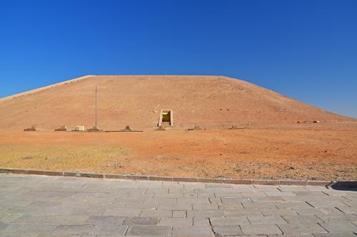 遺跡への入口はこの岩山の反対側の方にあるのだが、岩山には中に入るための扉が見えている。この岩山が、実は人工ドームであることは余り知られていない。前述したように、岩で出来た神殿そのものは、数千個にカットされ移築され再度組み立てられたが、その神殿を覆う岩山は神殿のために作られた人工ドームで、表層は岩山のように化粧されている。その人工ドームのメンテナンス用に扉があり、昔は内部見学も出来たようだが、現在は関係者以外は立入禁止となっている。<br /><br />