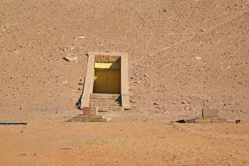 人工ドームへの入口のアップ。