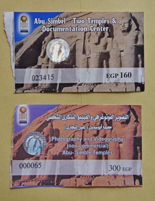 ここで嬉しいビッグニュースがあった。アブシンベル神殿の内部は撮影禁止となっており、出発前にチェックしたガイドブックや色んな方のブログ・口コミで承知していたが、現地ガイドも知らなかったことに、訪れたこの日(2月1日)から有料で撮影可能になっているとのこと。観光料収入を期待してのことらしいが、入場料160EGP(約1000円)に対して撮影許可料は300EGP(約2000円)だった。もちろん、300EGPを払って撮影することにしたが、撮影許可のチケット(写真下)のシリアルナンバーが「65」になっており、この公式チケットが撮影可能初日の朝から15時ごろまでに64枚発行されたということだろう。<br /><br />帰国してから知人に確認したところ、10年ほど前は何の制限もなく撮影可能だったとのこと。ただ、最近はマナーの悪い観光客(フラッシュ撮影)がいたりして、禁止になっていたらしい。いつから禁止となったか、何故この日から有料とはいえ解禁となったかの詳しい事情は判らないが、幸運に恵まれたことは確かだ。もし前日にでも訪れて、帰国後に翌日から解禁となったと聞いたら、運の悪さに地団太を踏んだところだ(笑)。