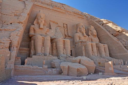 紀元前13世紀頃に、ラムセス2世が建てたアブシンベル大神殿入口にある4体の像は、すべて彼の像だ。ひとつだけ頭部がなくなっているが、その頭は足元に転がっていた。<br /><br /><br />