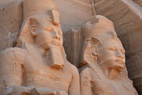 右側2体の像の顔。少し表情が異なっており、年代が違うとか諸説があるようだが、いずれもラムセス2世に間違いないとのこと。