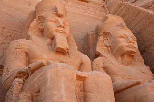 ほとんど真下から、ラムセス2世の2体の像を見上げる。